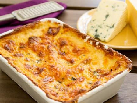 Лазаня от готови кори със спанак, пилешки пържоли, шунка, топено сирене и сос Бешамел - снимка на рецептата